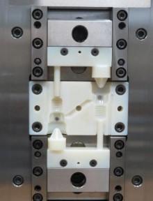 Exemplo de insertos da HASCO, produzido na Objet500 Connex 3D, num molde de injeção e montados num sistema de troca rápida de moldes K3500.